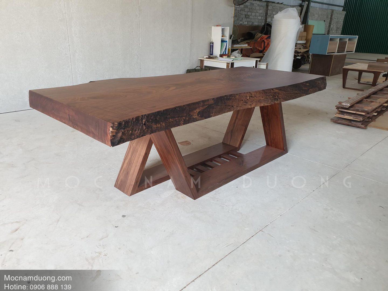 Mẫu bàn ăn gỗ óc chó nguyên tấm tại xưởng Mộc Nam Dương
