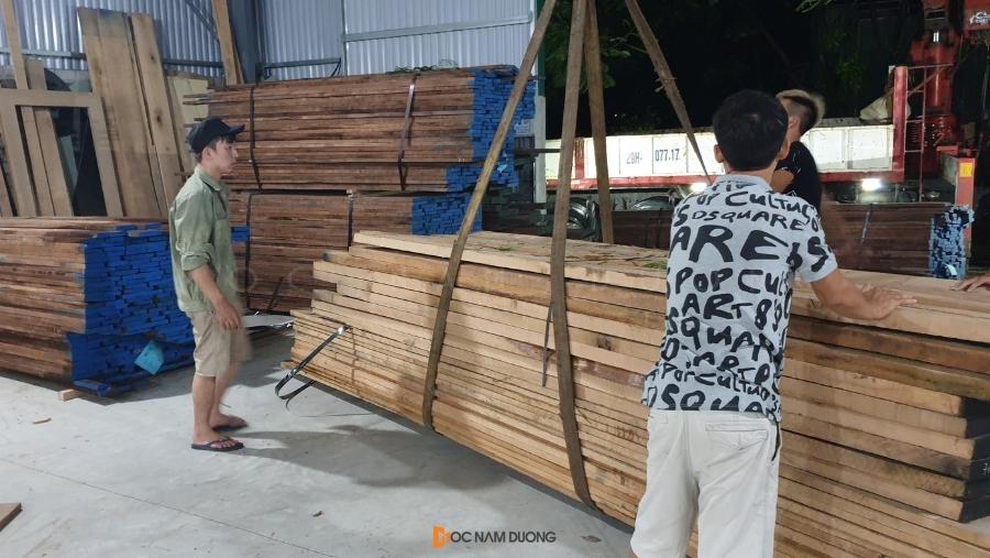 Thợ xưởng đang tiến hành di chuyển kiện gỗ về kho