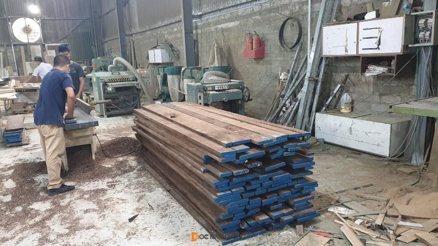 Thợ kỹ thuật tiến hành xử lý gỗ thô để sản xuất